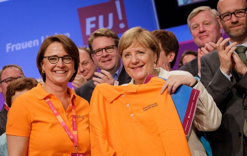 Polo-Shirt statt Blazer: Widmann-Mauz überreicht der Bundekanzlerin Mode aus Burladingen